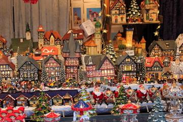 Weihnachtliche Häuser und Figuren am Christkindlmarkt