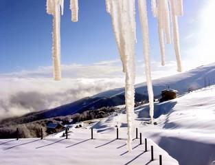 Panorama invernale con stalattiti di ghiaccio