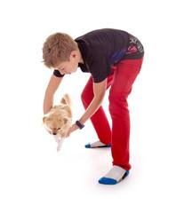 Junge mit kleinem Hund