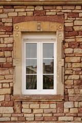 Buntsandsteinfassade mit PVC Fenster in Renovierung