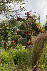 Rosenumrankte Gartenlaube