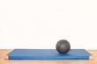canvas print picture - Medizinball auf Turnmatte