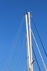 Antennes et anémomètres sur mâts de voiliers