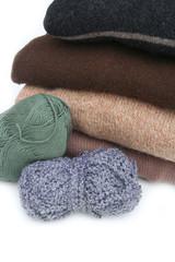 maglioni di lana e gomitolo_ sfondo bianco