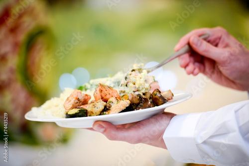 Teller mit leckerem Essen - 74435219