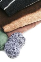 maglioni di lana e gomitoli_ sfondo bianco