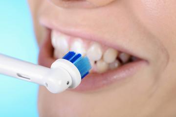 Elektrische Zahnbürste bei Zahnpflege
