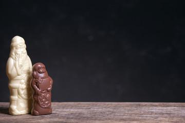Schokoladen-Weihnachtsmann auf einem Holztisch