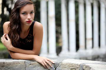 Ritratto di giovane ragazza in esterni