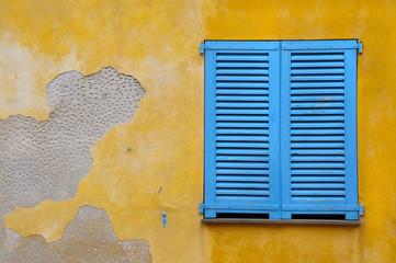 Marode Fassade mit geschlossenem Fenster