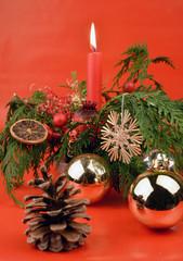 Weihnacht mit Gesteck und Kugeln