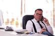 Leinwanddruck Bild - Manager beim telefonieren im Büro - farbiger Hintergrund