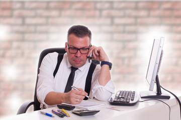 telefon Notiezen machen - Geschäftsmann im Büro
