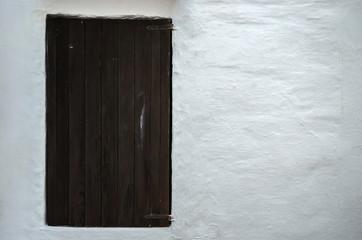 Puerta y pared blanca