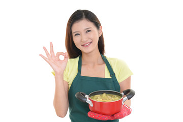 料理を運ぶ主婦