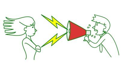 メガホンで怒鳴る男性と反抗する女性