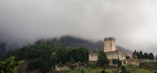 Rocca minore di Assisi fra le nuvole