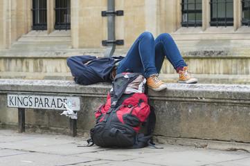 Eine Person liegt auf einer Mauer