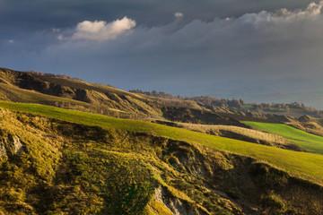 Paesaggio rurale marchigiano con le nuvole