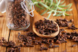 chiodi di garofano nel cucchiaio di legno - 74477016
