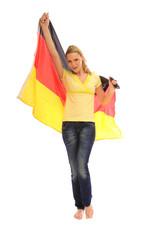 Frau hält Deutschlandflagge in der Hand