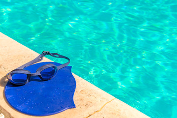 accessories for competitive swimming at the edge of the pool