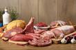 carne cruda gruppo su tavolo di legno - 74485617