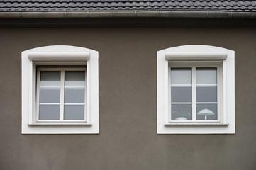 Zwei PVC Fenster mit außen liegenden Rollladenkästen
