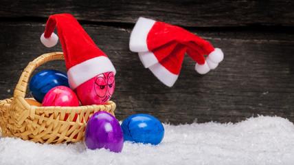 Weihnachtsmützen an den Nagel hängen, Ostereier mit Gesicht