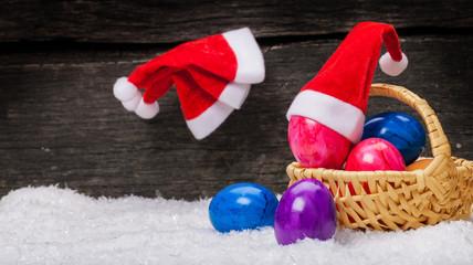 Weihnachtsmützen an den Nagel hängen, Ostereier