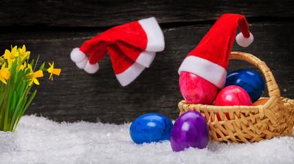 Weihnachtsmützen, Ostereier, Osterglocken