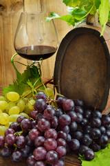 uva con botte e bicchiere di vino