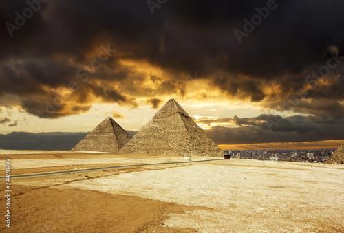 piramidy-w-gizie-na-tle-zachodu-slonca-kair