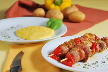 Spiedini con purè di patate e peperoni