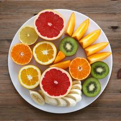 Obstteller: Zitrusfrüchte, Kiwi und Banane