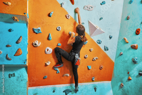 Canvas Extreme Sporten Woman climbing up on practice wall