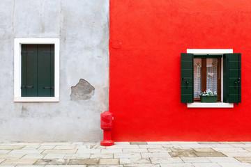 Finestre su muro grigio e rosso
