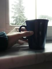 Bere con una tazza blu