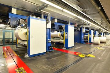 Druckmaschinen mit Papierrollen in Druckerei // printing press