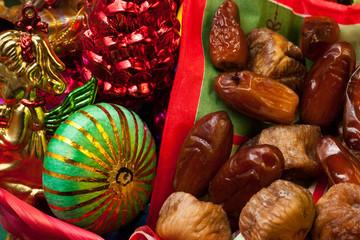 Fichi secchi e datteri con decorazioni natalizie