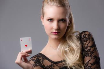 Hübsche junge Frau mit Spielkarten