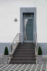 Modernisierter Eingangsbereich eines Altbaus in grauer Farbe