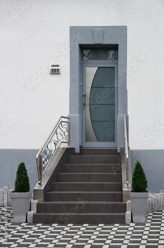 Poster Modernisierter Eingangsbereich eines Altbaus in grauer Farbe