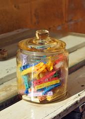 Bote de cristal con pinzas de la ropa de plástico