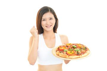 ピザを持つ女性