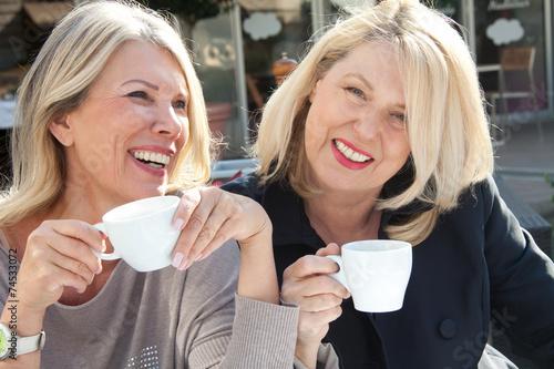 canvas print picture Zwei Freundinnen im Straßencafe