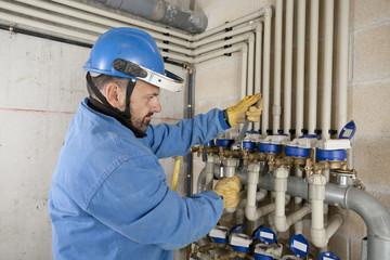 Fontanero/Fontanero realizando tareas de mantenimiento