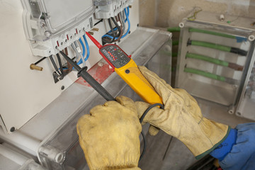 Electricista/ Electricista mide la tensión