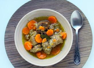 assiette de bœuf bourguignon aux carottes
