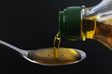 Verser de l'huile d'olive dans une cuillère